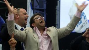 Une photo du 18 mars 2015 qui montre le vice-président du parlement israélien, le député Oren Hazan en train de célébrer les résultats des élections législatives au siège du Likud à Tel-Aviv (Crédit : AFP / MENAHEM KAHANA)
