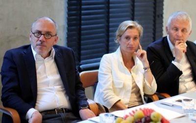 Le PDG français d'Orange Stéphane Richard (à gauche) assiste à une réunion au laboratoire de télécommunications français à Tel-Aviv, le 11 Juin, 2015. (Crédit :AFP PHOTO / DANIEL BAR ON)