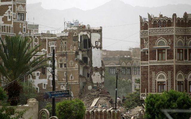 Des maisons classé au patrimoine mondiale de l'UNESCO dans la vieille ville de capitale yéménite Sanaa en partie détruites le 12 juin 2015 suite à une frappe aérienne menée par l'Arabie saoudite (Crédit : AFP PHOTO / MOHAMMED HUWAIS)