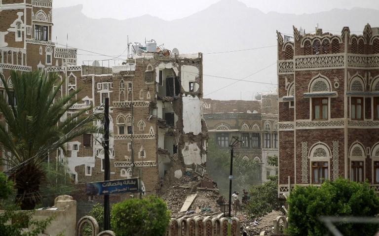 Des maisons classé au patrimoine mondiale de l'UNESCO dans la vieille ville de capitale yéménite Sanaa en partie détruites le 12 juin 2015 suite à une frappe aérienne menée par l'Arabie saoudite