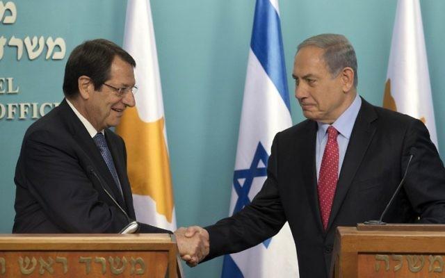 Le Premier ministre israélien, Benjamin Netanyahu, serre la main du président chypriote, Nicos Anastasiades (à gauche) à Jérusalem le 15 juin 2015 (Crédit : AFP PHOTO / POOL / ABIR SULTAN)