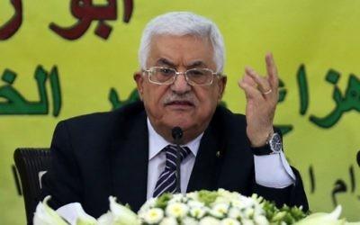 Le président de l'Autorité palestinienne, Mahmoud Abbas, lors d'une réunion avec le Conseil révolutionnaire de son parti, le Fatah, dans la ville de Ramallah, en Cisjordanie, le 16 juin 2015 (Crédit : Abbas Momani / AFP )