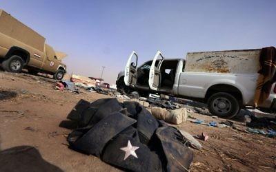 Une photo prise le 11 juin 2014 montre une veste et des bottes appartenant aux forces de sécurité irakiennes qui jonchent sur le sol au point de contrôle de Kukjali armée à 10km à l'est de la ville de Mossoul, le jour après que des militants sunnites, y compris les combattants du groupe djihadiste État islamique ont envahi la ville. Dans l'année, le groupe a proclamé son « califat ». Le groupe Etat islamique est devenu l'organisation djihadiste la plus infâme du monde, attirant des combattants internationaux et répandant la peur avec des actes de violence extrême. Le groupe a proclamé son califat décrit le 29 Juin 2014, exhortant les musulmans à travers le monde à prêter allégeance à son chef Abou Bakr al-Baghdadi, rebaptisé calife Ibrahim. Le groupe a saisi territoire dans le nord et l'ouest de l'Irak et de l'est et du nord de la Syrie. (Crédit : AFP / SAFIN HAMED)
