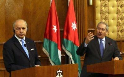 Le ministre des Affaires étrangères français, Laurent Fabius et son homologue jordanien, Nasser Judeh à Amman, le 21  juin 2015 (Crédit : AFP PHOTO / KHALIL MAZRAAWI)