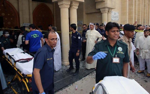 Les secouristes koweïtiens tirant des civières  à l'extérieur de la mosquée chiite Al-Imam al-Sadeq après qu'il a été ciblé par un attentat suicide pendant la prière du vendredi 26 juin 2015, à Koweït City (Crédit : AFP PHOTO / YASSER AL-ZAYYAT)