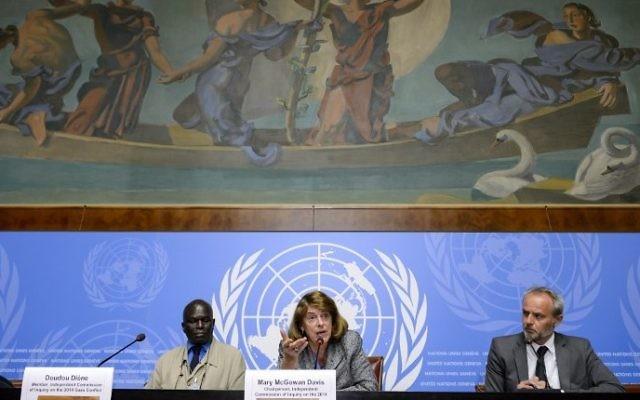 De gauche à droite : le membre de la Commission d'enquête sur le conflit de Gaza en 2014, Doudou Diene, la présidente de la commission, McGowan Davis, et l'officier d'Information pour le Bureau du Haut-Commissaire aux droits de l'homme, Rolando Gomez, assistant à une conférence de presse, le 22 juin 2015, aux bureaux des Nations unies à Genève.(Crédit : AFP / FABRICE COFFRINI)