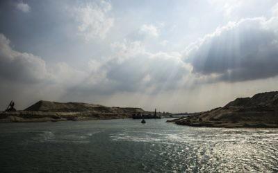 """Une drague à l'œuvre sur la nouvelle voie navigable du canal de Suez le 13 Juin 2015, dans la ville portuaire d'Ismaïlia, à l'est de la capitale du Caire. Egypte va inaugurer un """"nouveau canal de Suez"""" le 6 août visant à accélérer la circulation le long de la voie existante et de stimuler les revenus, ont indiqué des responsables (Crédit : AFP PHOTO / KHALED DESOUKI)"""