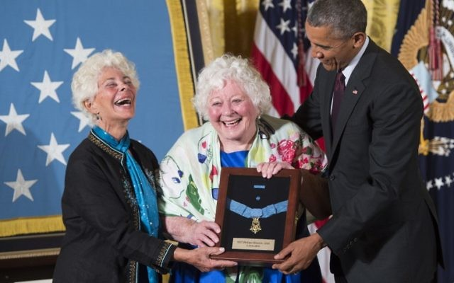 Le président américain Barack Obama présente la Médaille d'Honneur à Elsie Shemin-Roth (C) et Ina Bass (G), qui l'ont accepté, au nom de leur défunt père, le sergent de l'armée William Shemin, pour ses actions en France pendant la Première Guerre mondiale, au cours d'une cérémonie à la Maison Blanche à Washington, DC, le 2 juin, 2015. Obama a également décerné une médaille d'honneur de la fin à Henry Johnson pour ses actions, également au cours de la Première Guerre mondiale (Crédit : AFP PHOTO / SAUL LOEB)