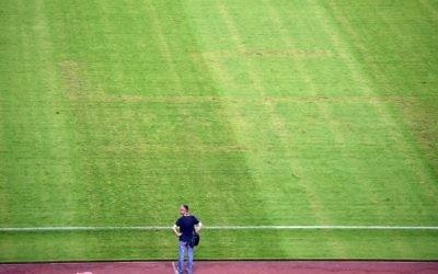 Un homme regarde le terrain où apparait une croix gammée après le match de qualification de football Euro 2016 entre la Croatie et l'Italie au stade Poljud à Split le 12 juin 2015 (Crédit : AFP PHOTO / ANDREJ ISAKOVIC)