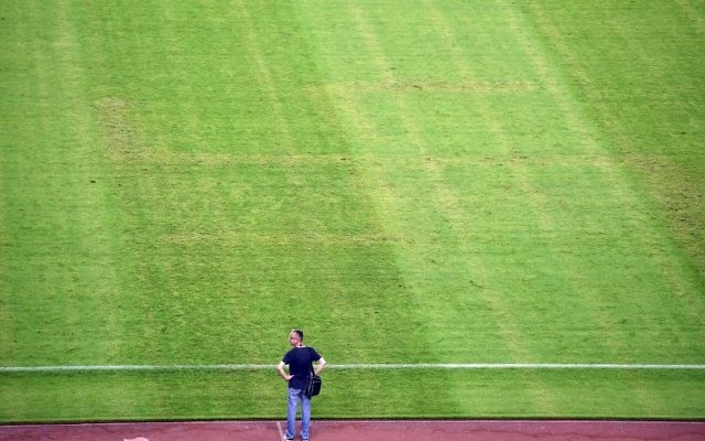 Un homme regarde le terrain où apparait une croix gammée après le match de qualification de football Euro 2016 entre la Croatie et l'Italie au stade Poljud à Split le 12 juin 2015 (Crédit : AFP PHOTO / ANDREJ ISAKOVIC)