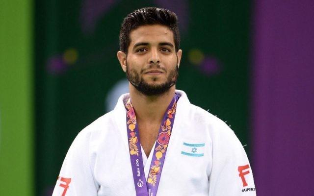 Le judoka israélien Sagi Muki, sa médaille d'or au cou, aux Jeux Européens de Bakou, en Azerbaïdjan, le 27 juin 2015. (Crédit : Amit Shissel/comité olympique israélien)