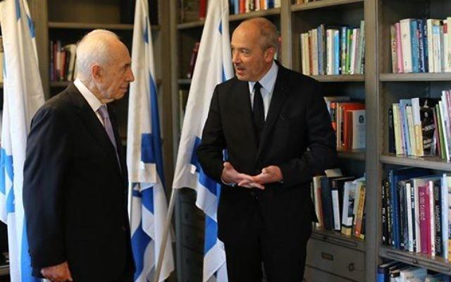 Rencontre entre Stéphane Richard, le président de Worldwide Orange, et l'ancien président Shimon Peres le 12 juin 2015 (Crédit : Facebook Shimon Peres)