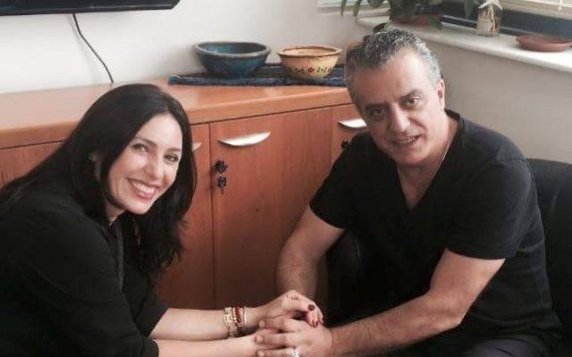 La ministre de la Culture Miri Regev et l'acteur Norman Issa lors d'une rencontre à Tel-Aviv le vendredi 19 juin 2015 (Courtoisie)
