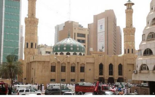 Les forces de sécurité et les personnels médicaux devant la mosquée chiite Al-Imam al-Sadeq à Kuwait City, le 26 juin 2015 (Capture d'écran AFP)