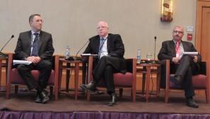 Les codirecteurs d'EcoPeace (de gauche à droite), Gidon Bromberg (israélien), Munqeth Mehyar (jordanien) et Nader Khateeb (palestinien) lors de la conférence pour présenter le Plan directeur régional  pour le développement durable de la vallée du Jourdain, le mardi 9 juin  (Crédit : Autorisation d'EcoPeace)