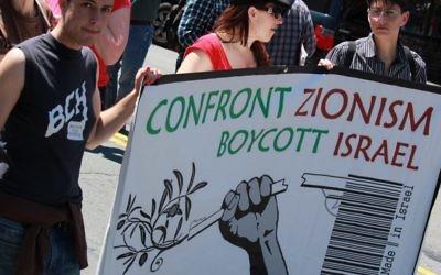 Illustration. Des panneaux appelant au boycott d'Israël lors d'une manifestation anti-Israël à San Francisco, en avril 2011. (Crédit : CC BY dignidadrebelde, Flickr)
