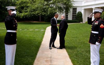 Le président américain Barack Obama (à gauche) et le Premier ministre Benjamin Netanyahu devant la Maison Blanche, en 2011. (Crédit : Pete Souza/Maison Blanche)