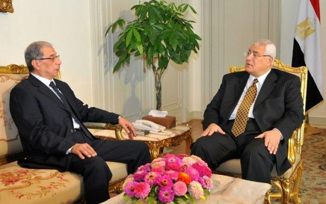 Le procureur général Hicham Barakat (à gauche) avec le président égyptien par intérim Adly Mansour, au Caire, le 10 juillet 2013. (Crédit :  AFP)