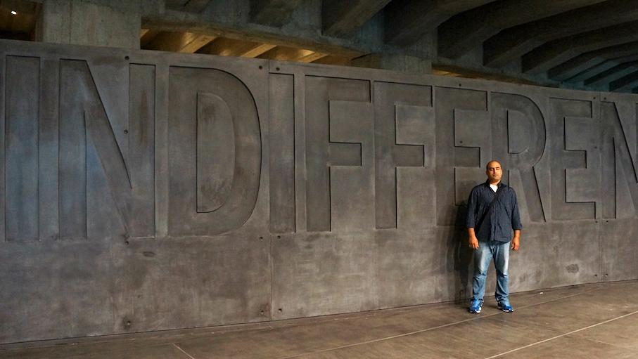 Immigré marocain, Adil Khabi a vécu en Italie pendant ces 13 dernières années. Aujourd'hui, il fait du bénévolat au Mémorial de l'Holocauste de Milan où il a été photographié le 23 juin 2015, contre le mur d'indifférence (Crédit : Rossella Tercatin / The Times of Israël)