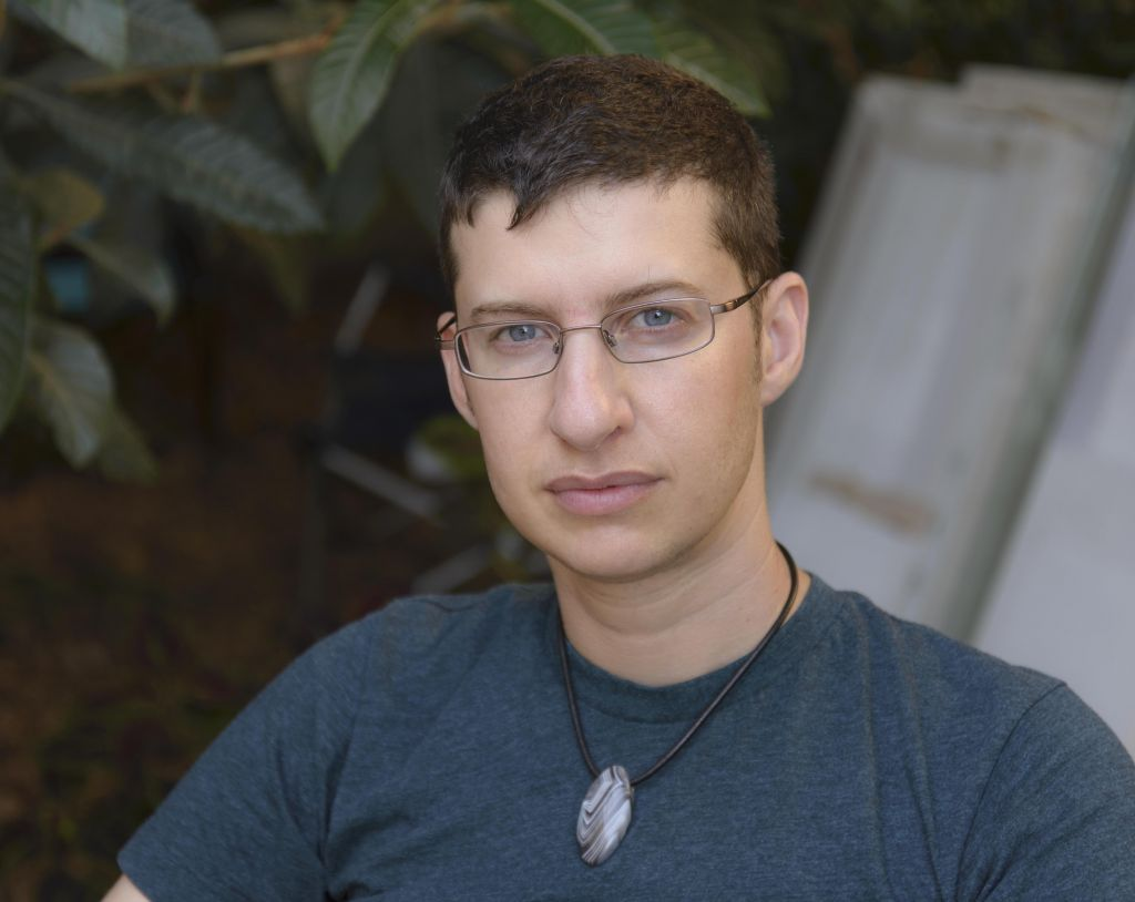 Elisha Alexander, un activiste transgenre de Tel Aviv (Crédit : Autorisation Tova Shalmoni)
