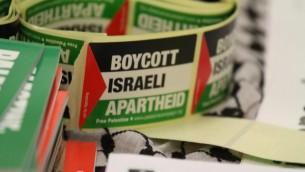Autocollant pour le boycott d'Israël accusant le pays d'apartheid (Crédit : Tapash Abu Shaim/Palestine Solidarity Campaign UK/Facebook)