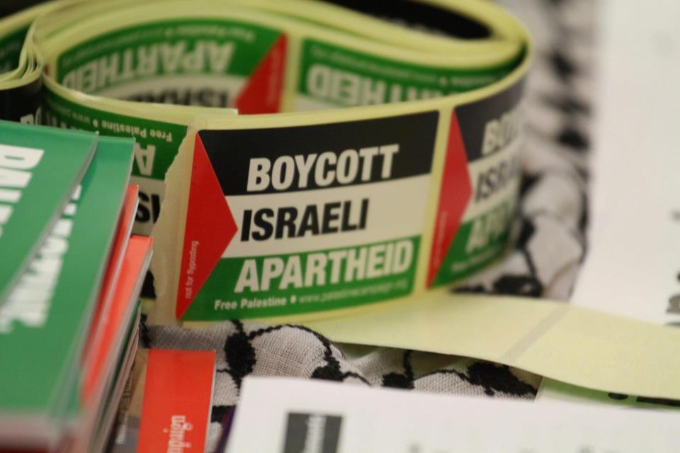 autocollant pour le Boycott d'Israël et l'accusant d'apartheid (Crédit : Tapash Abu Shaim / Palestine Solidarity Campaign UK via Facebook)