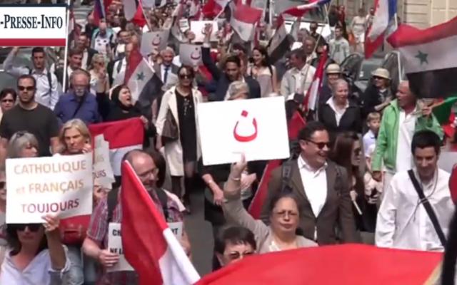 Capture d'écran de la vidéo de la manifestation des sympathisants des chrétiens d'Orient scandant 'Israël assassin', à Paris, le 20 juin 2015 (Youtube)