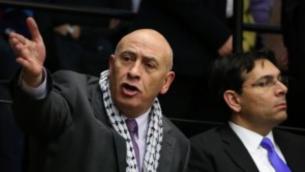Le député arabe israélien Basel Ghattas de la Liste arabe unie (à gauche) à la Knesset , le 12 février 2015 (Hadas Parush / Flash90)