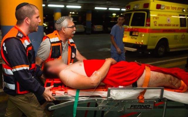 L'un des quatre Israéliens blessés à Chvout Rahel - 29 juin 2015 (Crédit : Flash 90)