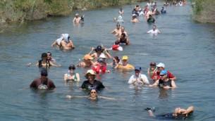 Des Israéliens nagent dans le Jourdain, en 2009. (Crédit : Haim Azulay/Flash90)