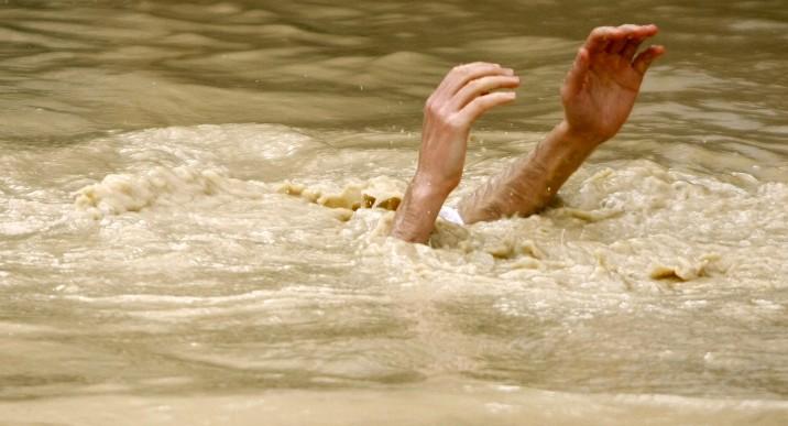 Les pèlerins chrétiens orthodoxes prennent un bain dans le fleuve du Jourdain dans le cadre d'une cérémonie de baptême de l'épiphanie sur le site de Qasr el Yahud le 18 janvier 2015 (Crédit : Abir Sultan / Flash90)
