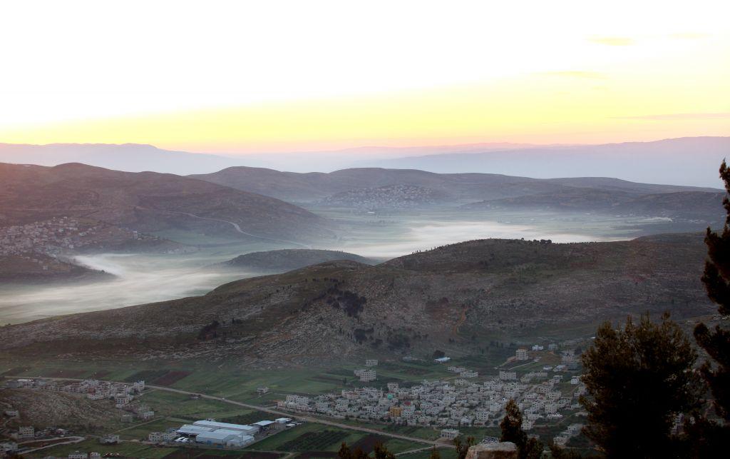 Lever de soleil sur Naplouse en 2011 (Crédit : Moshe Shai / Flash90)