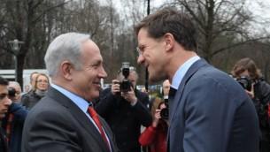 Le Premier ministre israélien, Benjamin Netanyahu, et le Premier ministre néerlandais, Mark Rutte, à La Haye (Amos Ben Gershom / GPO / Flash90)