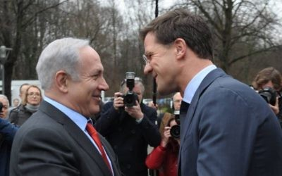 Le Premier ministre Benjamin Netanyahu, à gauche, et son homologue néerlandais, Mark Rutte, à La Haye, aux Pays-Bas, en janvier 2012. (Crédit : Amos Ben Gershom/GPO/Flash90)