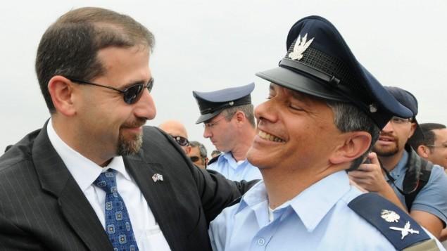 Le chef de l'armée de l'air d'Israël, le major général Amir Eshel avec l'ambassadeur Dan Shapiro (Crédit : Yossi Zeliger / Flash90)
