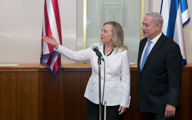 Le Premier ministre Benjamin Netanyahu et Hillary Clinton, alors secrétaire d'Etat américaine, dans le bureau de Netanyahu, à Jérusalem, en juillet 2012. (Crédit : Ohad Zwigenberg/Pool/Flash90)