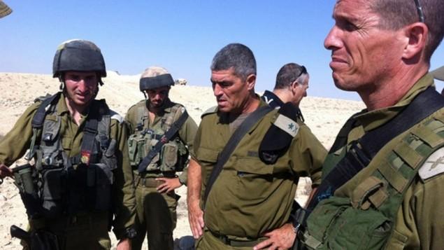 L'ancien chef du Commandement Sud de Tsahal Tal Russo, au centre, sur les lieux d'une attaque terroriste près de la frontière israélo-égyptienne (Crédit : Porte-parole de l'IDF / Flash90)