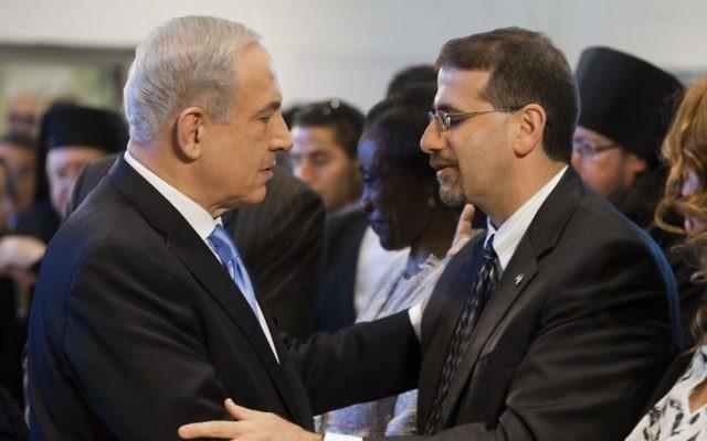 Le Premier ministre Benjamin Netanyahu salue l'ambassadeur américain Dan Shapiro, en avril 2013. (Crédit : Flash90)