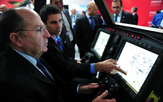Le ministre de la Défense Moshe Ya'alon lors de la cérémonie d'inauguration du pavillon israélien lors d'un salon aéronautique annuel à Paris. (Ariel Hermoni / DefenseMinistry / Flash90)