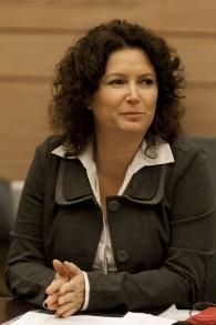 La députée Meretz Michal Rozin assiste à une réunion de commission de la Knesset, le 26 novembre 2013 (crédit : flash 90)