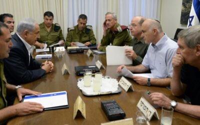 Le Premier ministre Benjamin Netanyahu rencontre les responsables en poste en 2014 : le chef d'état-major de Tsahal Benny Gantz, le ministre de la Défense Moshe Yaalon, le chef du Shin Bet Yoram Cohen, le directeur du Mossad Tamir Pardo et le Conseiller à la sécurité nationale (NSC) Yossi Cohen au ministère de la Défense à Tel Aviv, pour discuter de la disparition de trois adolescents juifs près d'Hébron, en Cisjordanie, le 14 juin 2014. (Kobi Gideon/GPO/Flash90)
