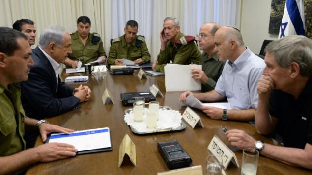 Le Premier ministre Benjamin Netanyahu rencontre le chef d'état-major de l'époque Benny Gantz, le ministre de la Défense Moshe Yaalon, le chef du Shin Bet, Yoram Cohen, le directeur du Mossad Tamir Pardo, et la tête du NSC Yossi Cohen au ministère de la Défense à Tel-Aviv, pour discuter de la disparition des trois adolescents juifs près d'Hébron, en Cisjordanie, le 14 juin 2014 (Crédit : obi Gideon / GPO / Flash90)