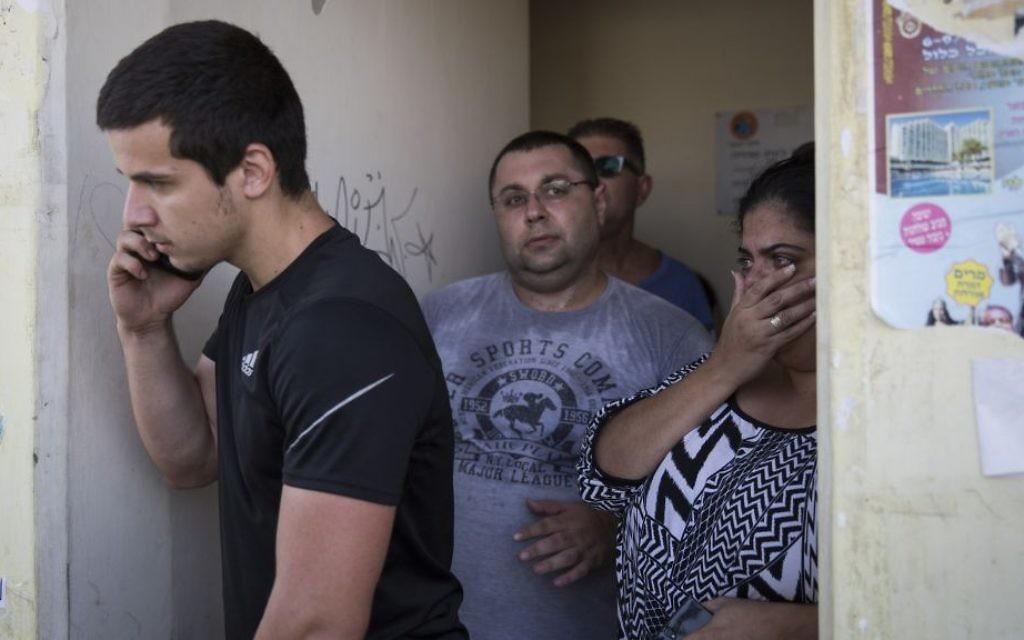 Des Israéliens se mettent à couvert dans un abri de rue  tandis que l'alerte rouge sonne à Sderot, dans le sud d'Israël, le troisième jour de l'opération Bordure protectrice, jeudi 10 juillet 2014. (Crédit : Hadas Parush / Flash90)
