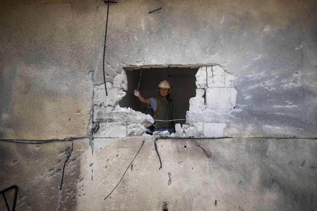 Une maison à Sderot touchée par une roquette tirée depuis Gaza le 21 juillet 2014 (Crédit : Yonatan Sindel / Flash90