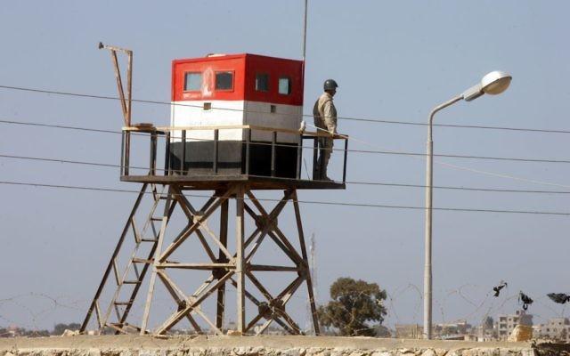Une photo prise du côté palestinien de la frontière de Rafah, dans le sud de la bande de Gaza, montre un soldat égyptien sur une tour de garde du côté égyptien, le 26 octobre 2014. (Crédit : Abed Rahim Khatib / Flash90)