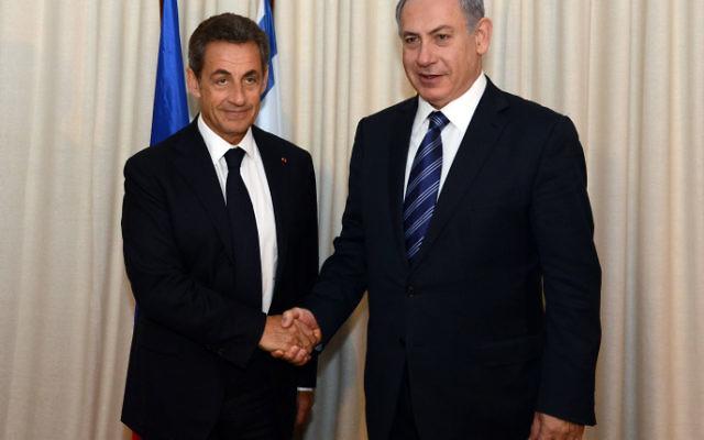 Le Premier ministre Benjamin Netanyahu (à droite) rencontre l'ancien président français Nicolas Sarkozy, à Paris, France, le 12 janvier 2015 (Crédit : Haim Zach / GPO)