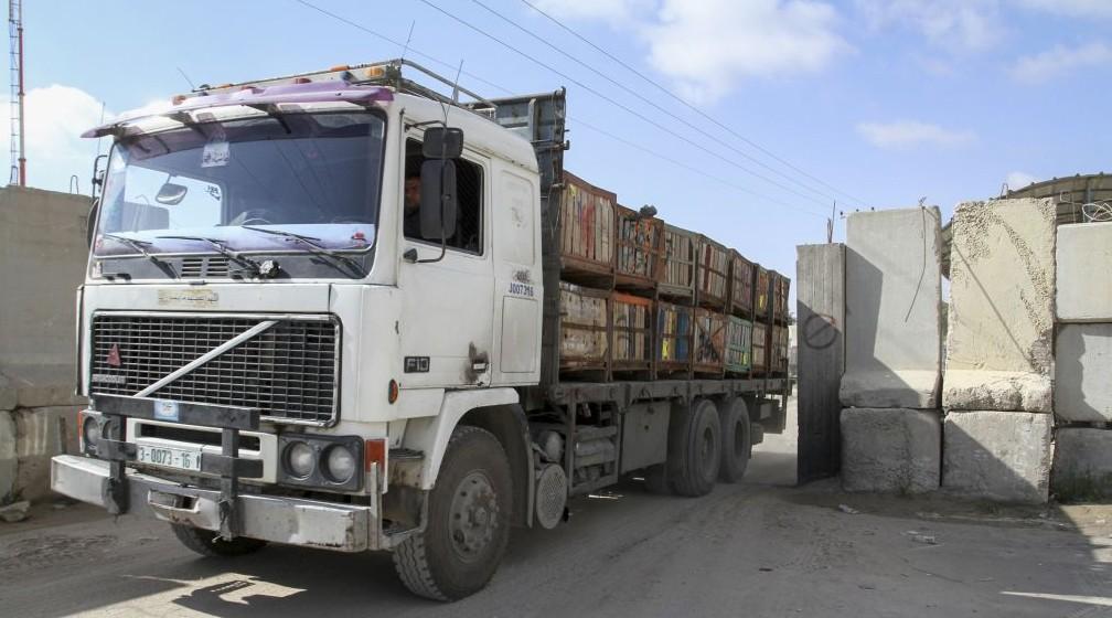 Un camion chargé de marchandises entre dans la bande de Gaza depuis Israël via le passage de Kerem Shalom, dans le sud de la bande de Gaza, le 15 mars 2015. (Crédit : Abed Rahim Khatib/Flash90)