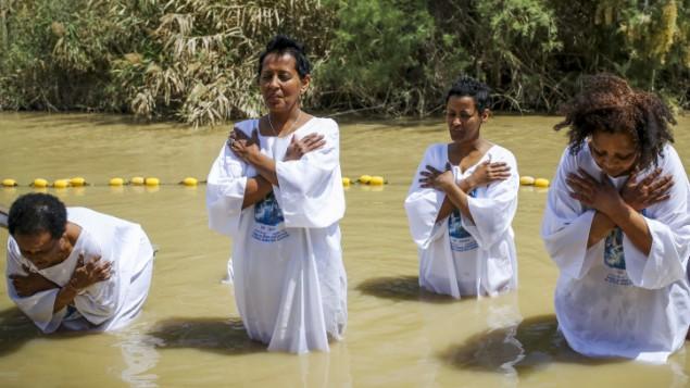 Les femmes se faisant baptisées dans le Jourdain pendant les célébrations de la Pâque orthodoxe le 11 avril 2015 (Crédit : Maxim Dinshtein / Flash90)