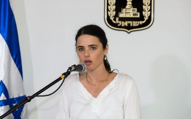 La ministre de la Justice, Ayelet Shaked, au ministère de la Justice, à Jérusalem, le 17 mai 2015 (Crédit : Flash90/Dudi Vaknin/Pool)
