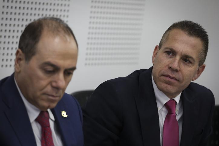 Le ministre de l'Intérieur nouvellement nommé Silvan Shalom (à gauche) et le ministre sortant Gilad Erdan (à droite) du ministère de l'Intérieur à Jérusalem le 17 mai 2015 (Crédit : Hadas Parush / Flash90)